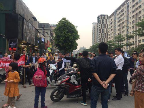 Vụ CC Home City 177 Trung Kính bị bịt lối đi: Chủ đầu tư Văn Phú nói không ai đổ trộm phế liệu? - Ảnh 3