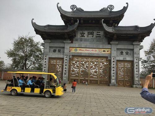 """Nở rộ các dịch vụ """"ăn theo"""" ở chùa Bái Đính - Ninh Bình, không tiền đố lễ được Phật? - Ảnh 3"""
