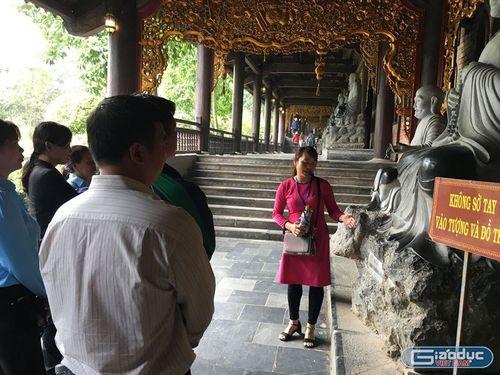 """Nở rộ các dịch vụ """"ăn theo"""" ở chùa Bái Đính - Ninh Bình, không tiền đố lễ được Phật? - Ảnh 4"""