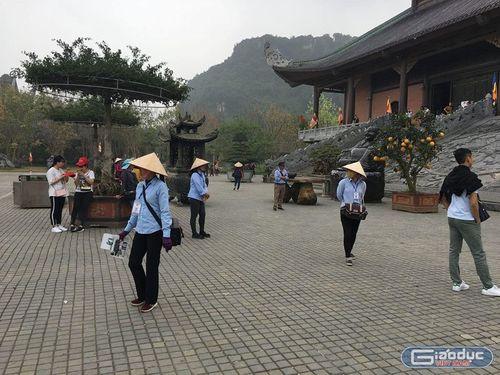 """Nở rộ các dịch vụ """"ăn theo"""" ở chùa Bái Đính - Ninh Bình, không tiền đố lễ được Phật? - Ảnh 6"""