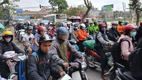 Cửa ngõ Hà Nội ùn tắc chiều mùng 6 Tết, ô tô, xe máy nhích từng mét trên đường - Ảnh 4