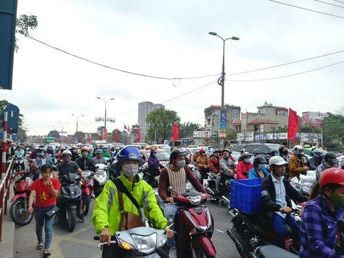 Cửa ngõ Hà Nội ùn tắc chiều mùng 6 Tết, ô tô, xe máy nhích từng mét trên đường - Ảnh 6