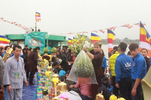 Hàng trăm người dự lễ phóng sinh tại bến phà sông Hồng - Ảnh 2