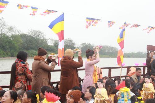 Hàng trăm người dự lễ phóng sinh tại bến phà sông Hồng - Ảnh 7