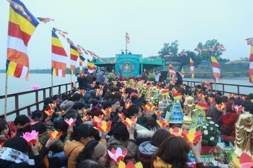 Hàng trăm người dự lễ phóng sinh tại bến phà sông Hồng - Ảnh 10