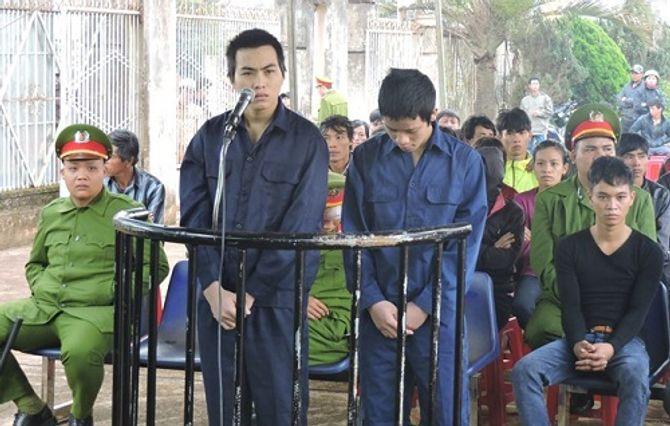 Nhóm thanh niên ném đá xe khách lĩnh 14 năm tù giam - Ảnh 1