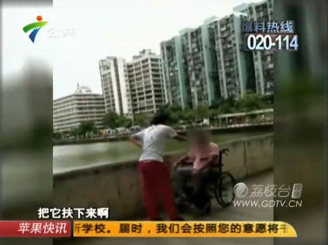 Phẫn nộ con gái tát và dọa chặt cánh tay người mẹ khuyết tật