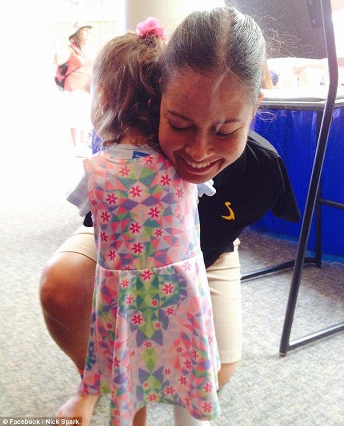Cảm động trước cái ôm của phi công không có tay và cô bé 3 tuổi không tay - Ảnh 1