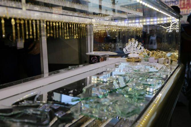 Hai tên cướp đập tủ, hốt 10 lượng vàng trước mặt chủ tiệm