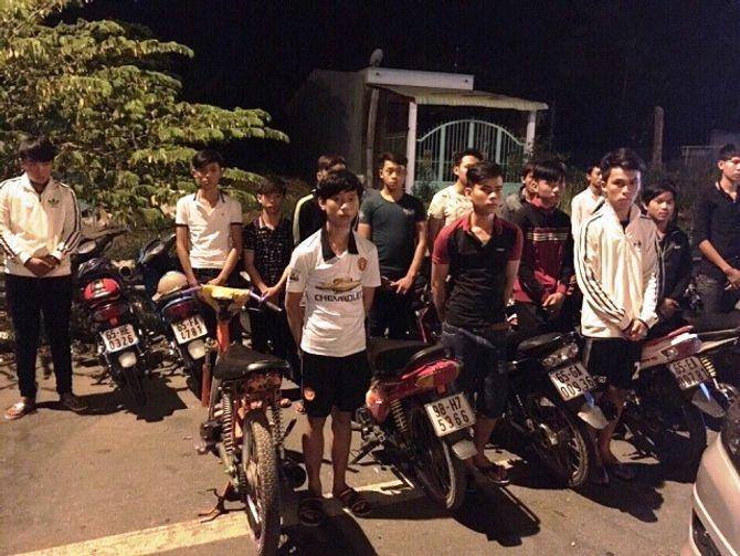 50 thanh niên tụ tập, cổ vũ đua xe trên cầu Cần Thơ - Ảnh 1