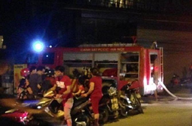 Bị đập nát iPhone 6 vì đứng ngoài đường ghi hình đám cháy - Ảnh 1