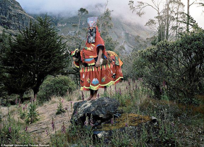 Rùng rợn bộ lạc quấn lá chuối, ăn mặc cổ quái để xua đuổi ma quỷ