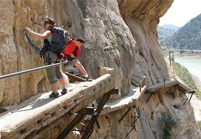 Cận cảnh những con đường nguy hiểm nhất thế giới - Ảnh 17