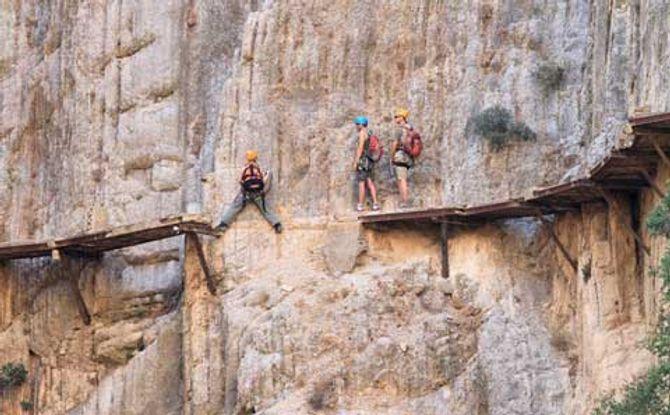 Cận cảnh những con đường nguy hiểm nhất thế giới - Ảnh 18