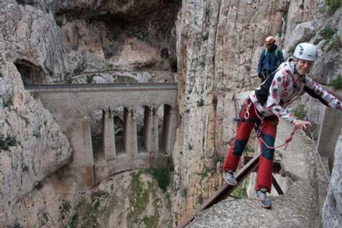 Cận cảnh những con đường nguy hiểm nhất thế giới - Ảnh 16