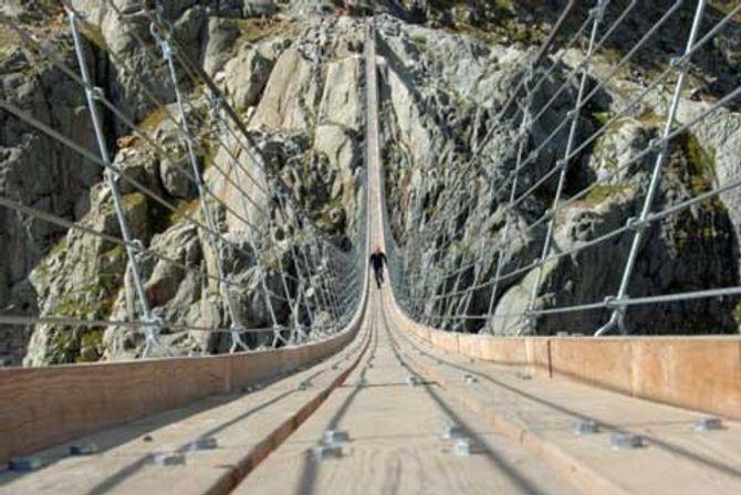 Cận cảnh những con đường nguy hiểm nhất thế giới - Ảnh 1