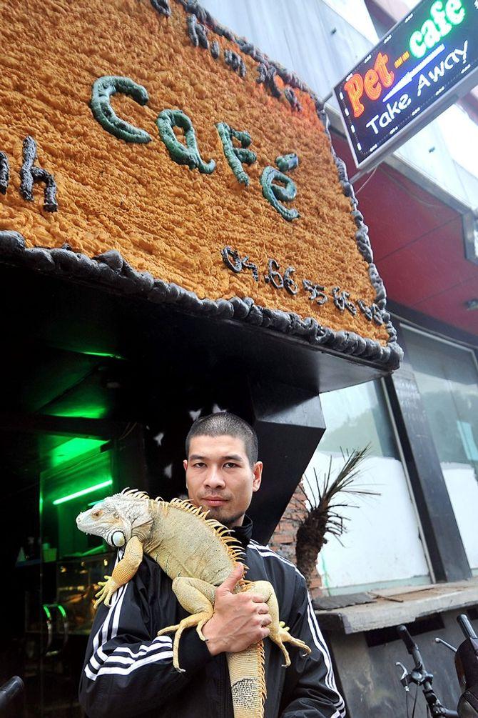Pet cafe là quán cà phê có nhiều loài bò sát nhất Hà Nội nằm trên phố Ngọc Khánh, quận Ba Đình. Chủ quán là Nguyễn Minh Nghĩa (ảnh).