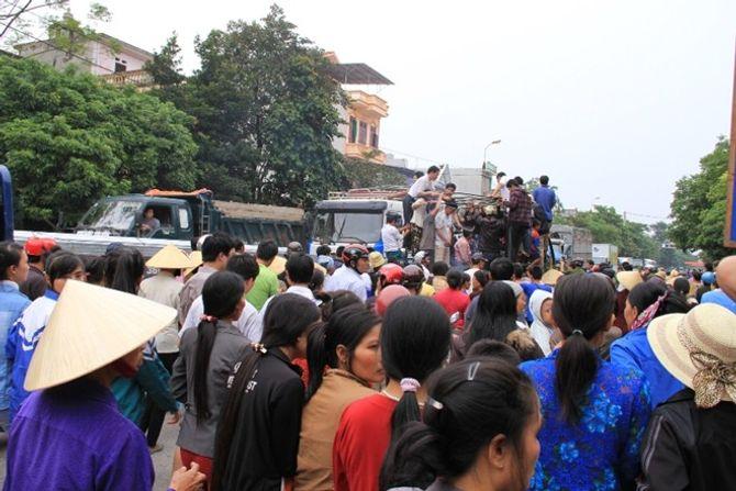 Mang quan tài sản phụ tử vong diễu phố ở Thanh Hóa - Ảnh 3