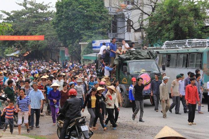 Mang quan tài sản phụ tử vong diễu phố ở Thanh Hóa - Ảnh 4
