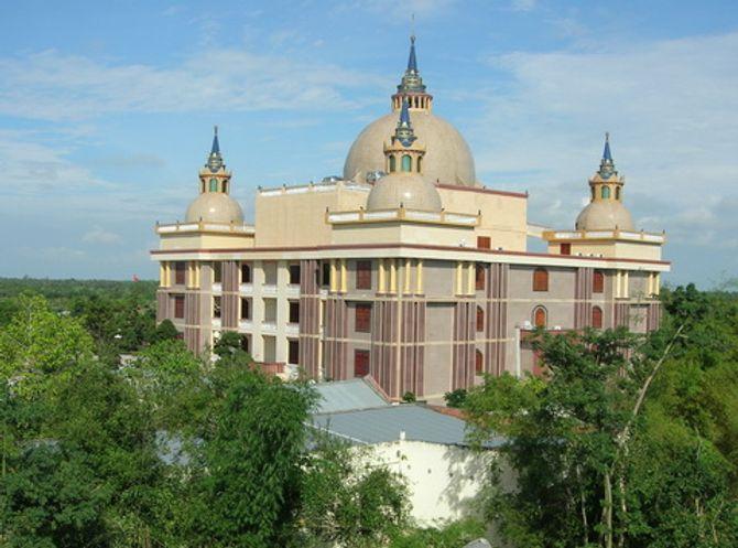 Dinh thự của đại gia Trầm Bê: Tòa nhà xấu xí nhất Việt Nam? - Ảnh 1