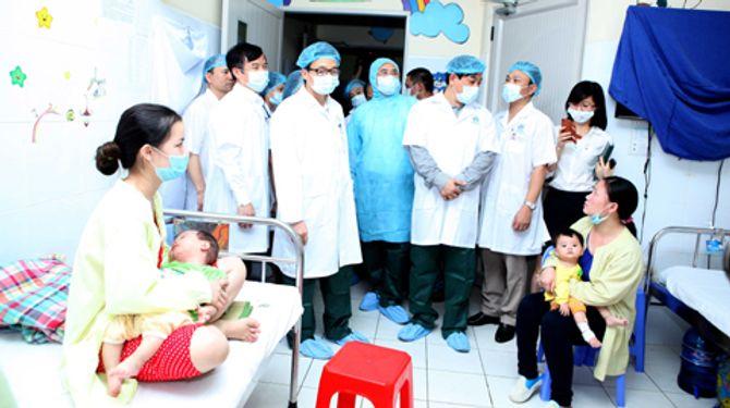 Phó Thủ tướng Vũ Đức Đam tới thăm các bệnh nhi tại Bệnh viện Nhi Trung ương