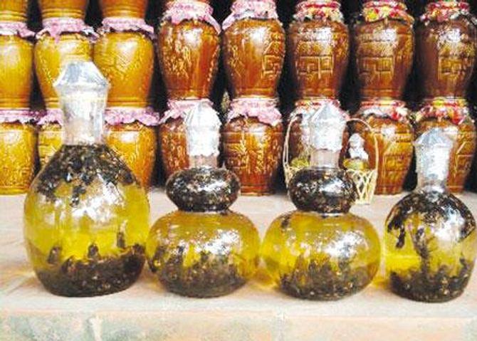 Trị ngứa kinh niên bằng mật ong ngâm rượu - Ảnh 1