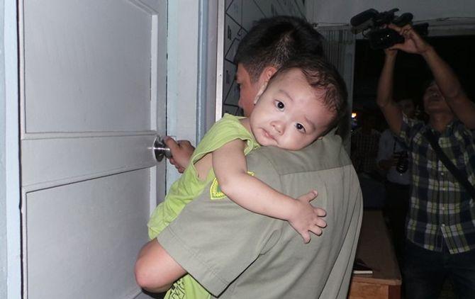 """Bé trai 2 tuổi bị bỏ rơi trên taxi rất thân thiết với """"ông dượng"""" 6"""