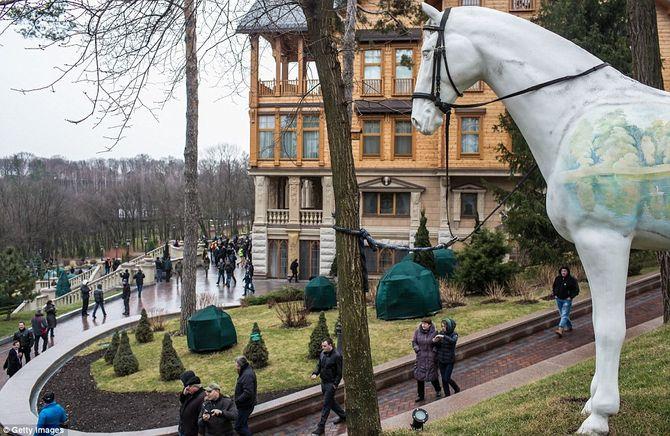 Dinh thự lộng lẫy của Tổng thống Ukraine vừa bị phế truất - Ảnh 3