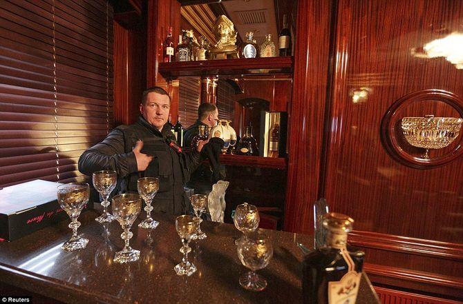 Dinh thự lộng lẫy của Tổng thống Ukraine vừa bị phế truất - Ảnh 8