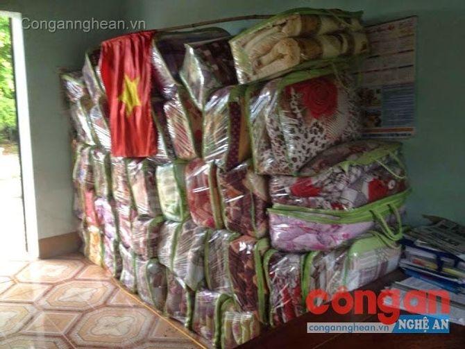 Giấu kín chăn ấm phát cho người nghèo trong kho UBND xã - Ảnh 1