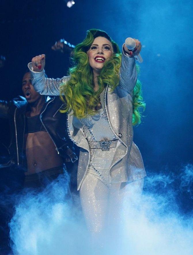 Lady Gaga nhuộm tóc xanh lè như cây thông Noel - Ảnh 1