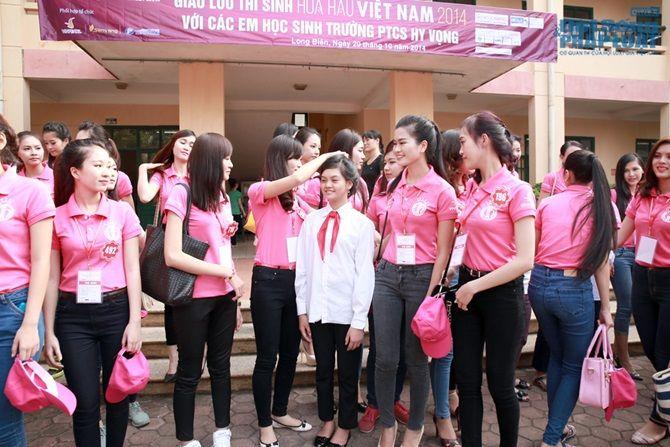 Thí sinh thi Hoa hậu Việt Nam 2014 làm từ thiện