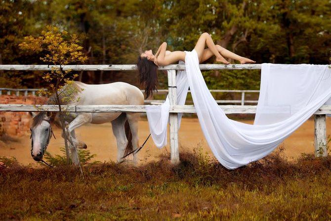 Cao Thùy Linh khỏa thân bên ngựa: Nghệ thuật hay gây sốc? - Ảnh 2