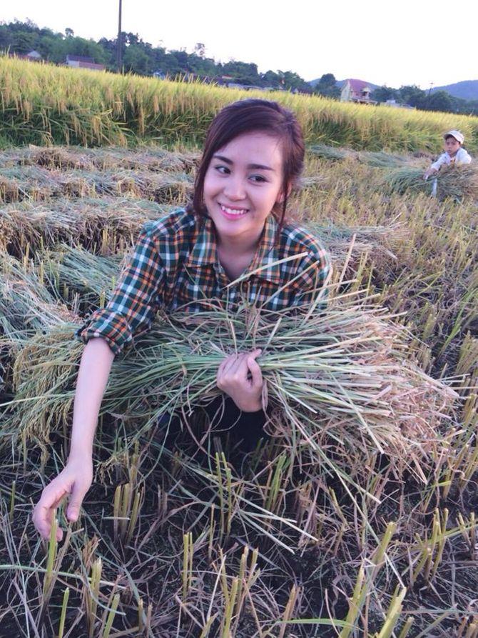 Bà Tưng về quê gặt lúa khiến cư dân mạng thích thú - Ảnh 1