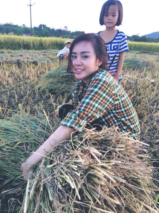 Bà Tưng về quê gặt lúa khiến cư dân mạng thích thú - Ảnh 2