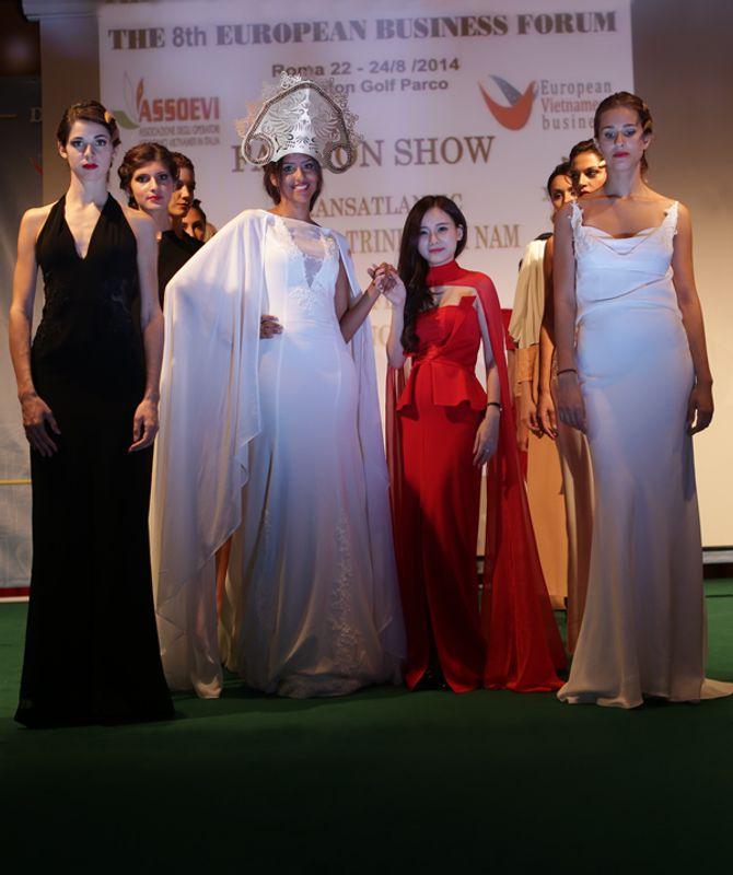 Mẫu ngoại thích thú diện áo dài Việt Nam trên đất Châu Âu - Ảnh 12