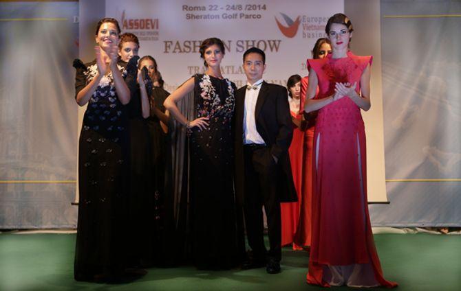 Mẫu ngoại thích thú diện áo dài Việt Nam trên đất Châu Âu - Ảnh 13