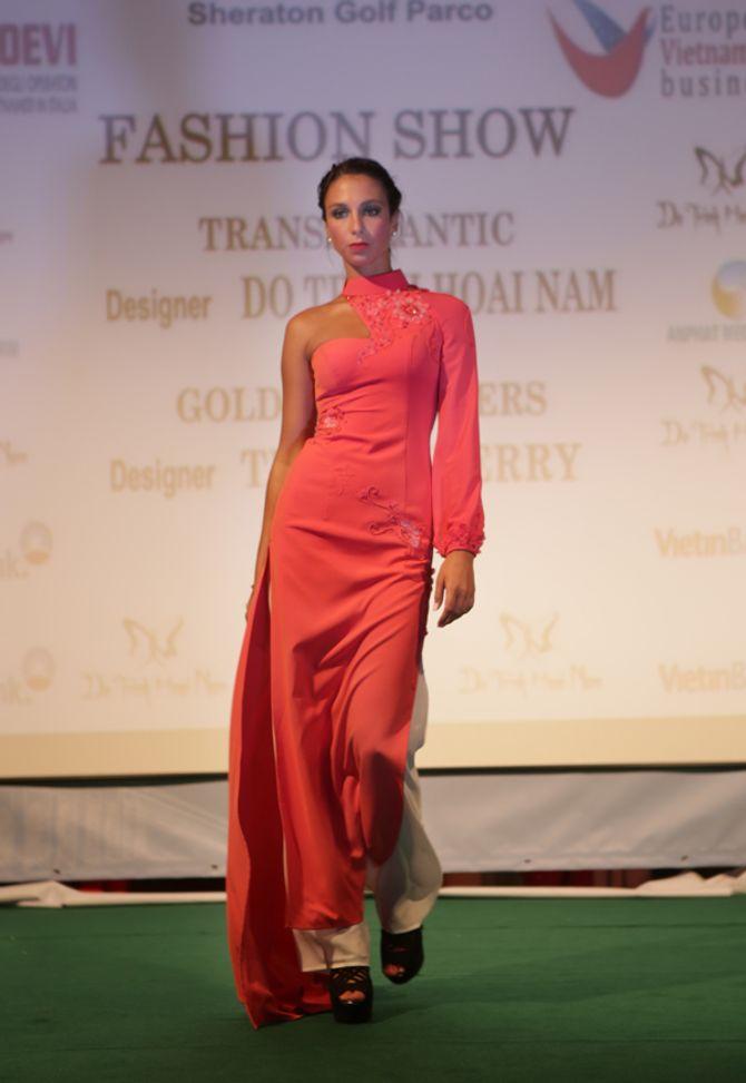 Mẫu ngoại thích thú diện áo dài Việt Nam trên đất Châu Âu - Ảnh 4