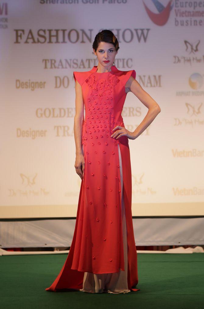 Mẫu ngoại thích thú diện áo dài Việt Nam trên đất Châu Âu - Ảnh 6