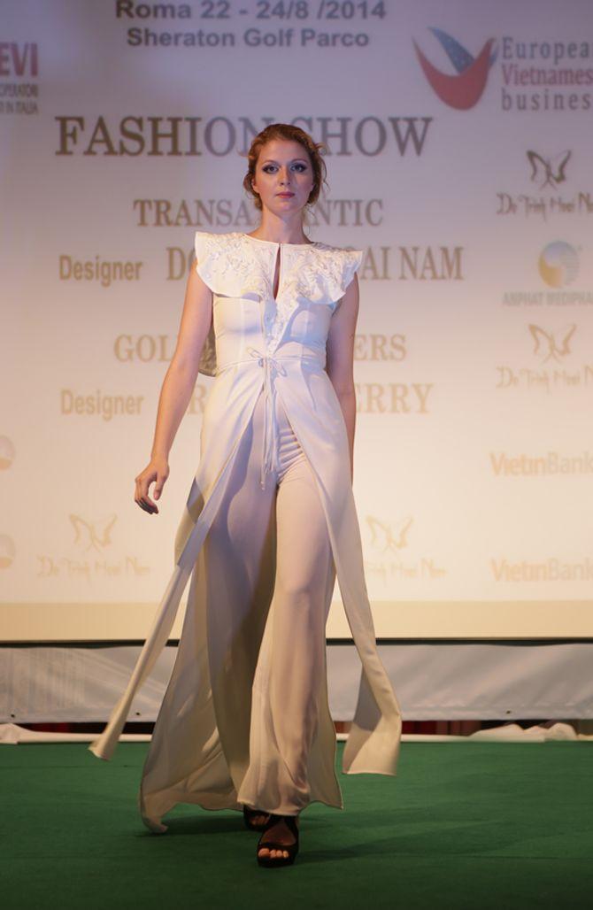 Mẫu ngoại thích thú diện áo dài Việt Nam trên đất Châu Âu - Ảnh 7