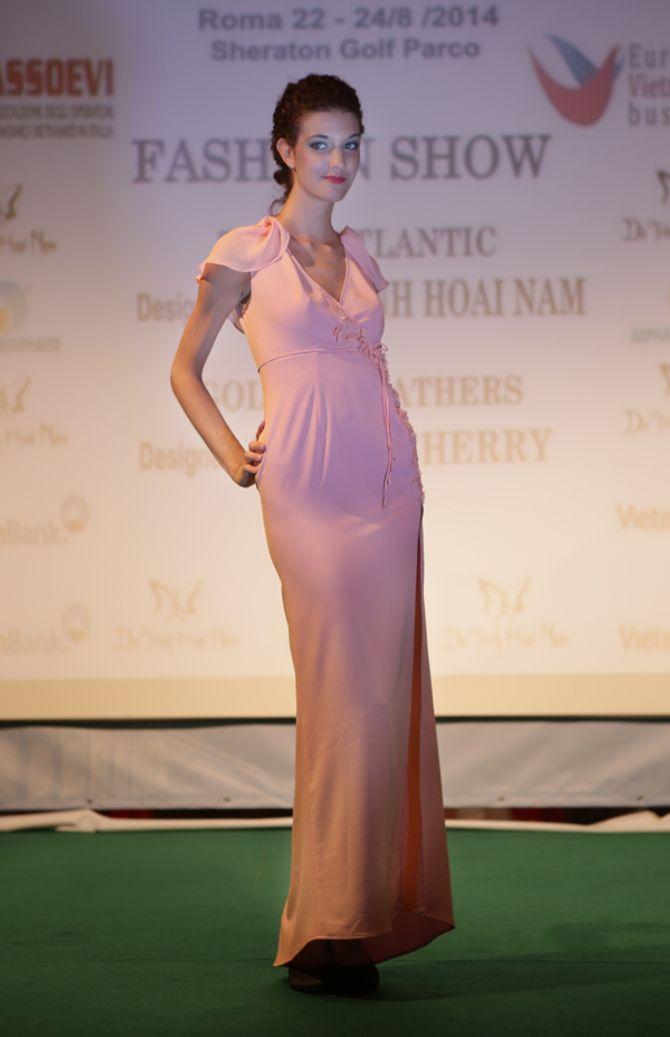 Mẫu ngoại thích thú diện áo dài Việt Nam trên đất Châu Âu - Ảnh 10