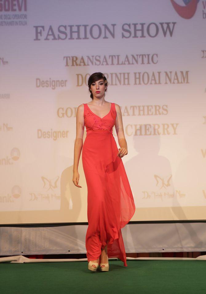 Mẫu ngoại thích thú diện áo dài Việt Nam trên đất Châu Âu - Ảnh 11