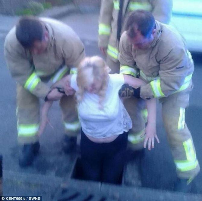Bi hài thiếu nữ 16 mắc kẹt dưới cống ngầm vì đuổi theo iPhone  - Ảnh 2