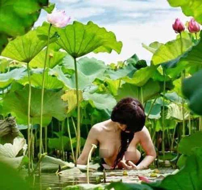 Chùm ảnh thiếu nữ khỏa thân bên hoa sen gây bức xúc
