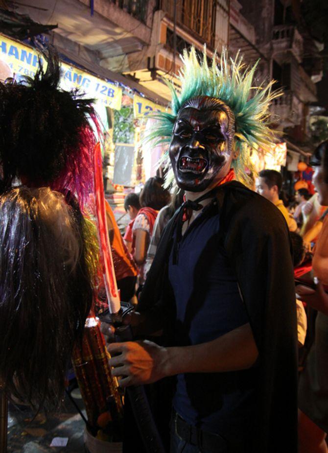 """Chùm ảnh Halloween: Giới trẻ hóa """"ma quỷ"""" diễu phố trong đêm - Ảnh 7"""