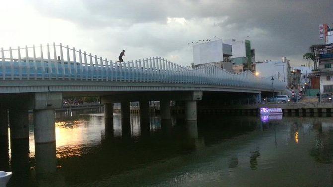 Video: Xôn xao thanh niên bơi hơn một tiếng trên kênh Nhiêu Lộc 4