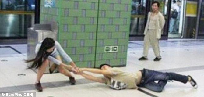 Chàng trai bị bạn gái đạp vào mặt, kéo lê hàng chục mét