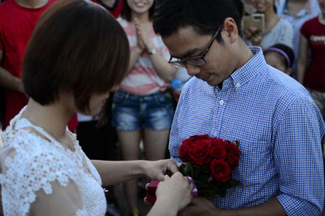 Clip: Thành phố Vinh náo động với màn cầu hôn lãng mạn - Ảnh 4