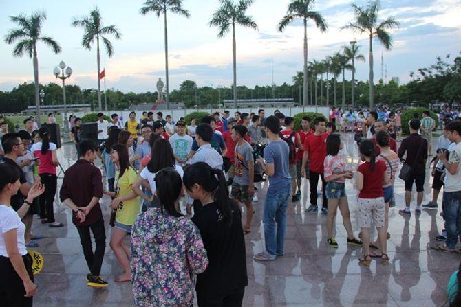 Clip: Thành phố Vinh náo động với màn cầu hôn lãng mạn - Ảnh 2
