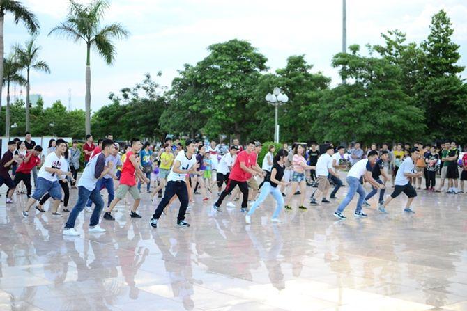 Clip: Thành phố Vinh náo động với màn cầu hôn lãng mạn - Ảnh 1
